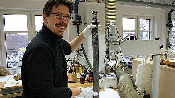 Mittelalterliches Schwert aus Westfalen im Labor