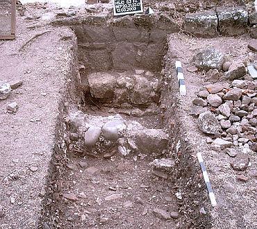 Grabungschnitt im sog. Außenbereich mit den Fundamenten einer Holzkonstruktion. (Foto: C. Knipper)