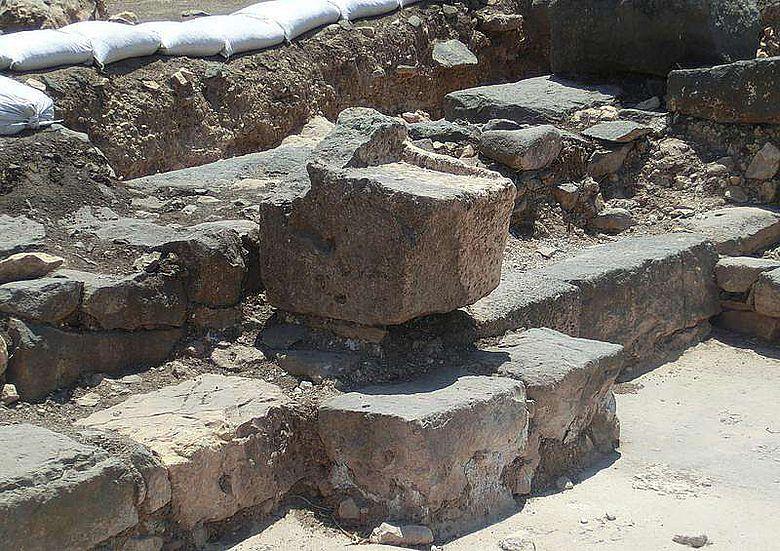 Der Steinsitz, der vermutlich dem Leiter der Gemeinschaft vorbehalten war und erstmals in situ gefunden wurde. (Bild: Kinneret Regional Project)