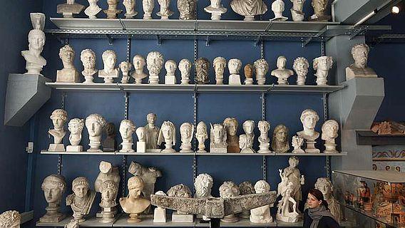 Blick auf einige Büsten der wiedereröffneten Antikensammlungen
