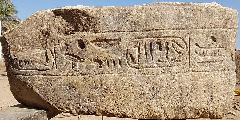 Hieroglyphen-Inschrift auf Statuenbasis