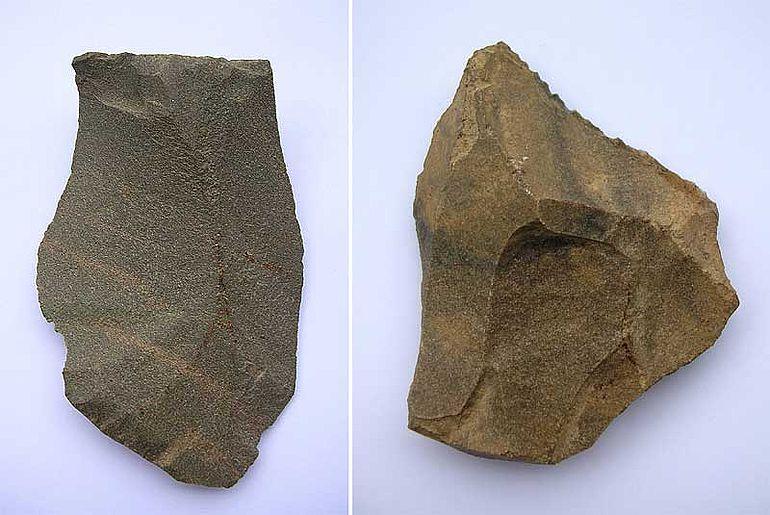 Abb. 4| Schaber aus der Fundstelle von Ernsthofen, NÖ. (Links) Quarzit, Levallois-Technik, Länge: 8,0 cm; (Rechts) Hornstein, Levallois-Technik, Länge: 6,0 cm (Bild: Binsteiner)