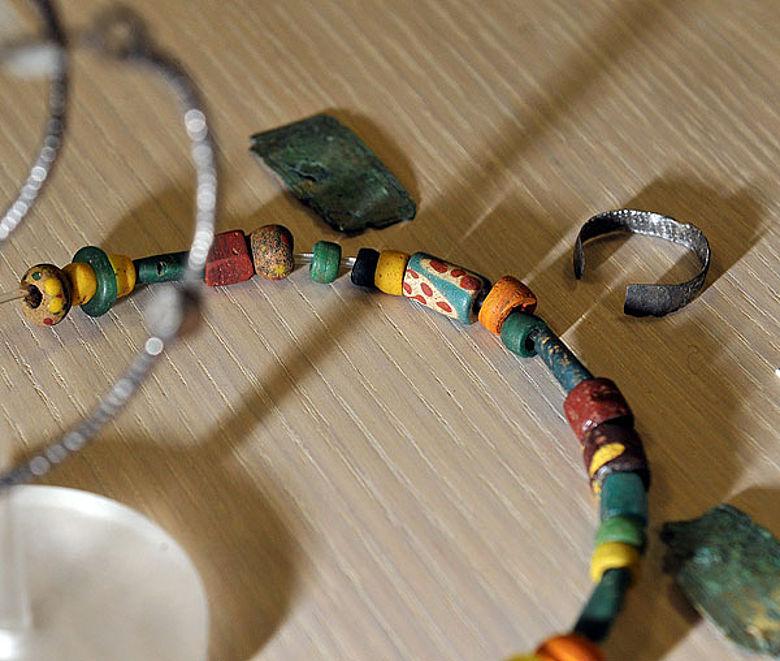 Dieser Schmuck wurde ebenfalls im Gräberfeld in Inden-Altdorf gefunden. Er stammt aus einem Frauengrab aus dem Frühmittelalter. (Foto: Ludger Ströter / LVR)