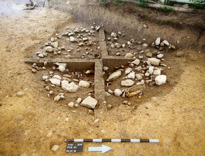 Bronzezeitliche Kultgrube mit Füllschicht