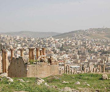 Die Ruinenstätte Gerasa umgeben von dichter moderner Bebauung