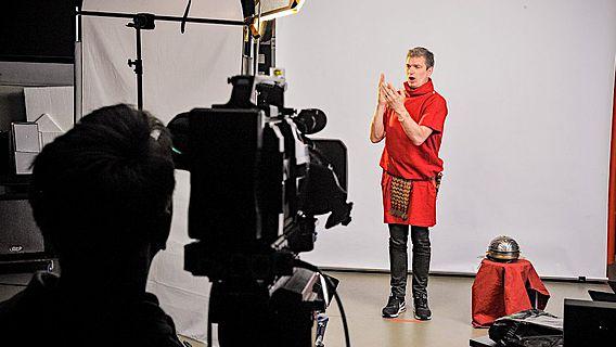 Alt trifft auf Neu: Vor den Kameras des LWL-Medienzentrums für Westfalen erzählt der römische Lagerkommandant von Aliso