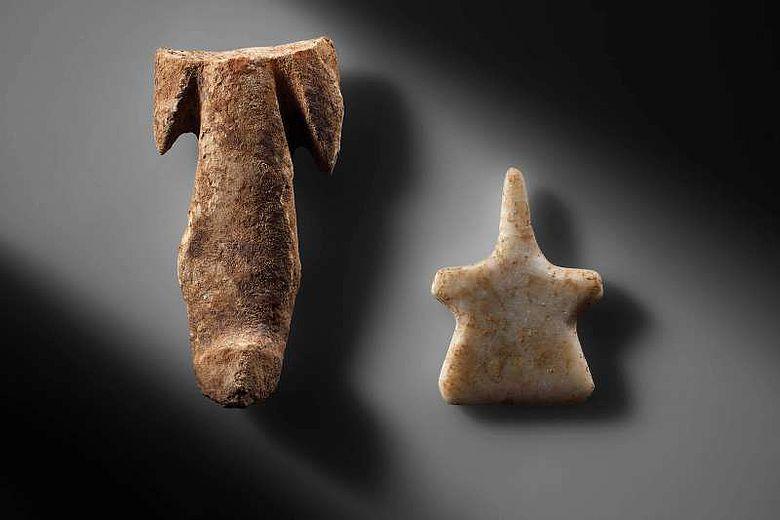 Marmoridole: Zwei abstrahiert dargestellte anthropomorphe Figuren aus Marmor aus dem 4. und 3. Jt. v. Chr. (© ÖAI 2012, N. Gail)