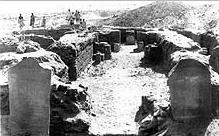 Ausgrabung 1914: Der von zwei Stelen flankierte Eingang des Tempels (Foto: University of Liverpool)