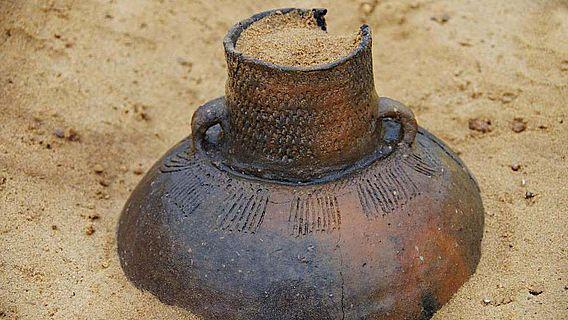 Eine der exzellent erhaltenen Kugelamphoren in Fundlage