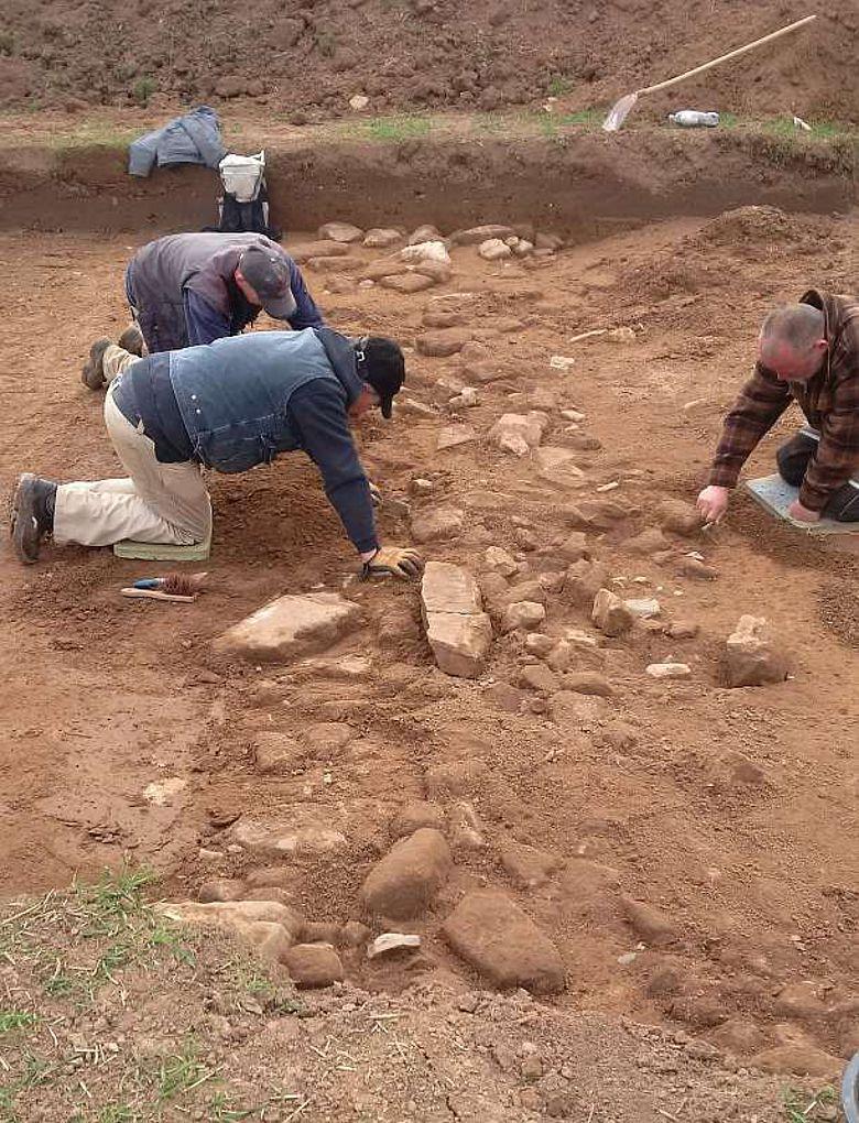 Archäologen legen steinerne Gebäudefundamente der frühen Neuzeit frei