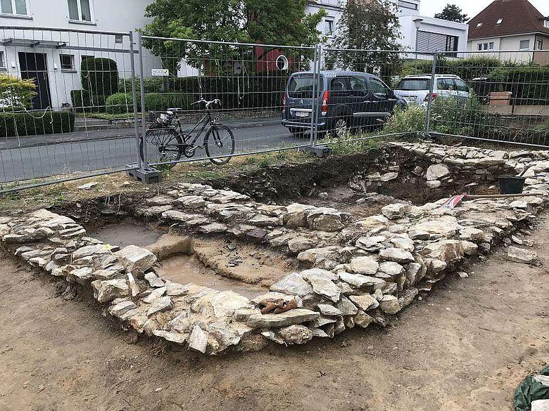 Nur wenige Zentimeter unterhalb des modernen Bodens befand sich dieser Hausgrundriss aus Kalkbruchstein