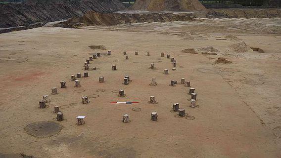 Markierte Pfostenlöcher auf der Grabung in Saerbeck