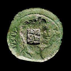 Römische Kupfermünze (As) mit Gegenstempel des Varus (VAR) (Foto: Ch. Grovermann, Osnabrück, für Varusschlacht im Osnabrücker Land, Museum und Park Kalkriese)