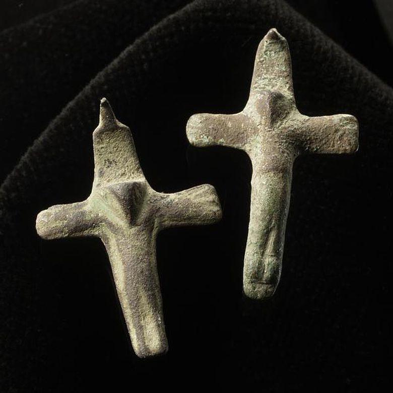 Solche Kruzifixe, im Mittelalter an Halsketten getragen, waren Ausdruck der Frömmigkeit. (Foto: LWL/S. Brentführer)