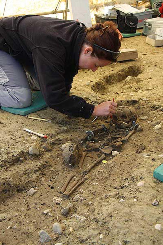 Cornelia Schlup beim Ausgraben des latènezeitlichen Grabs eines vierjährigen Mädchens mit reichem Bronzeschmuck (3. Jh. v. Chr.) (Foto: Archäologischer Dienst Kanton Bern)