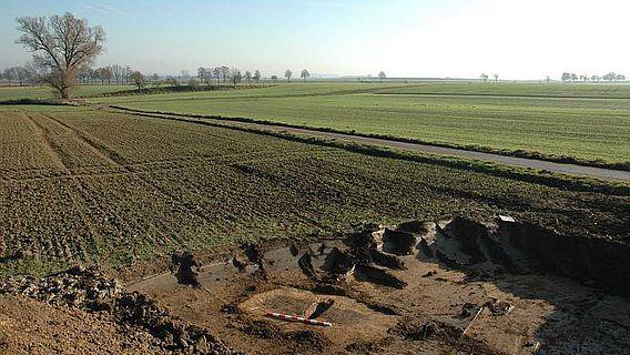 Bereits im vergangenen Jahr konnten die LWL-Archäologen die ersten Gräber aus der Zeit der Linienbandkeramik in Warburg sichern. Inzwischen dokumentierten die Wissenschaftler über 20 Grabstätten. (Foto: LWL/M.Hahne)