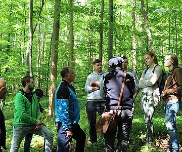 Mit den Teilnehmern der Exkursion wird die Wüstung Schartenberg erkundet