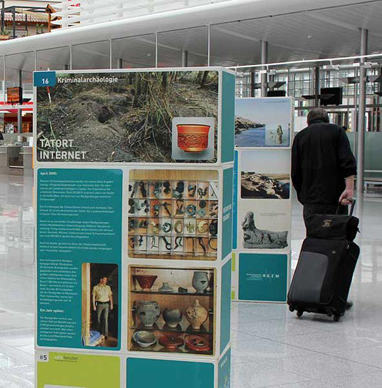 Die Ausstellungstafeln im Terminal 2 des Münchner Flughafens (Foto: RGZM / M. Müller-Karpe)