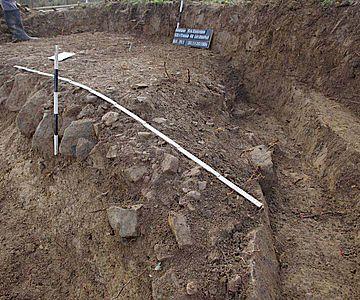 Freigelegte Reste der Steinpackung und Randbefestigung des Straßenkörpers