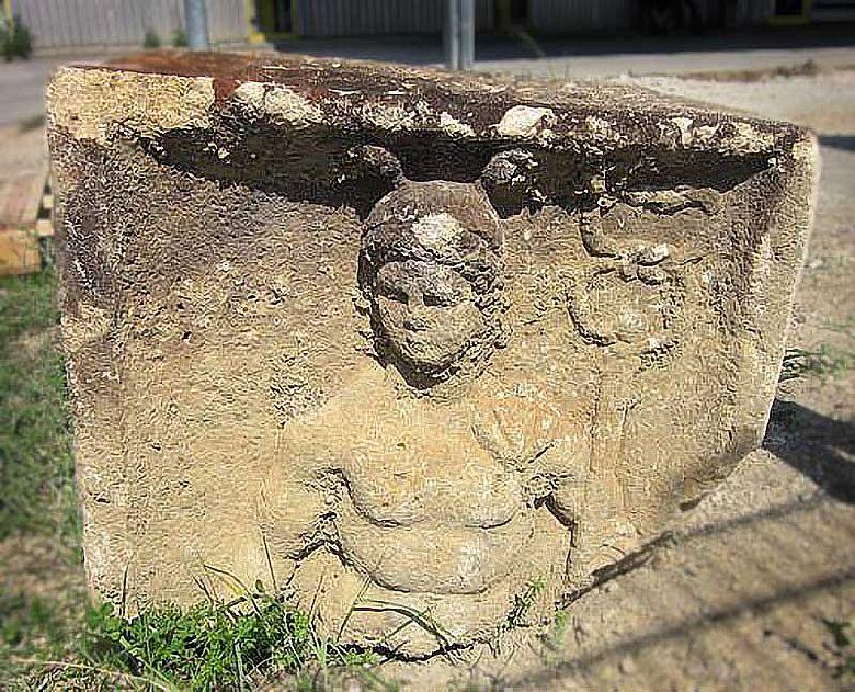 Merkur auf römischem Götterstein