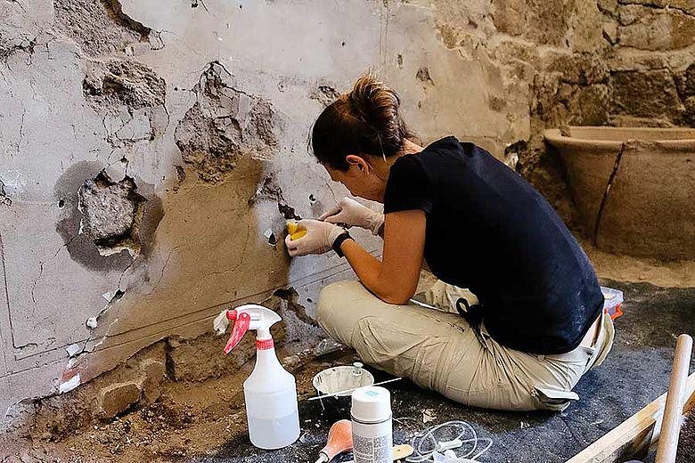 Konservierung der Wanddekoration. Foto: DAI