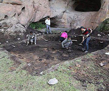 Dr. Xinying Zhou und sein Team vom Institut für Paläontologie und Paläoanthropologie in Peking bei Ausgrabungen in der Tangtian-Höhle