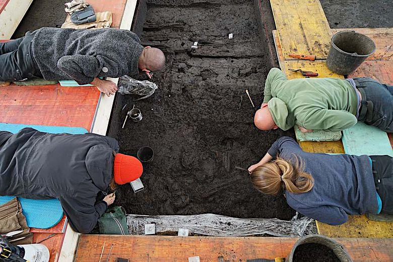 Erste Freilegungsarbeiten im Feld mit Feinwerkzeug