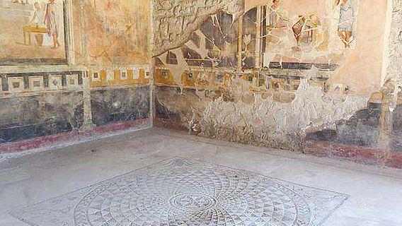 """Der Aufenthaltsraum im Haus """"der vergoldeten Amoretten"""" in Pompeji"""