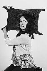 Francesca Meneghetti, Doktorandin der Archäologie, beim Tragen eines Ochsenhautbarrens Foto: Julian Gerchow