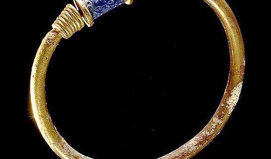 Armreif aus Gold mit eingebundenem Siegel aus Lapislazuli, ca. 1650-1550 v. Chr., aus der Südkammer der Nebengruft unter dem Königspalast von Qatna; Ausgrabungen Juli-August 2010 (Foto: Julia Gergovich)