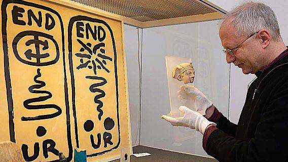 """Prof. Dr. Ludwig D. Morenz vor der Vitrine """"Königtum"""" im Ägyptischen Museum der Universität Bonn"""