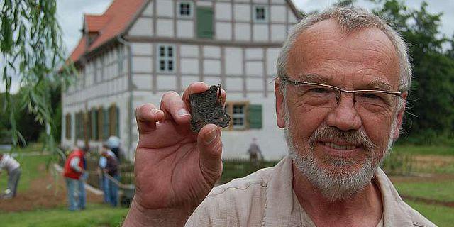 Klein aber fein: Zum Abschluss der Ausgrabungen der LWL-Archäologie für Westfalen in der Spenger Werburg hält Dr. Werner Best ein seltenes und für Westfalen einmaliges Pilgerzeichen in den Händen. (Foto: LWL/Burgemeister)