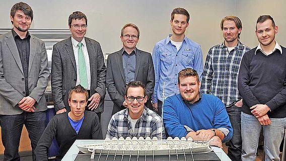 Trierer Forscher und Studenten mit Schiffsmodell