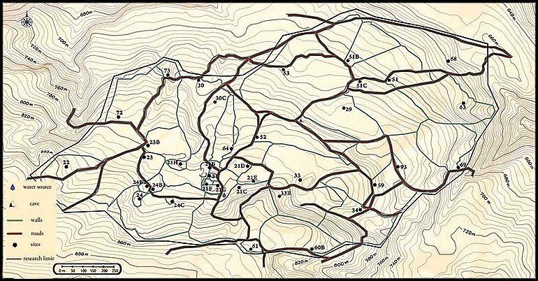 Teil des Gebiets der Berg-Minoer (1,5 km2 von 30, Flur Pateragiorgis, Bereich Kritsa) mit 38 der über 300 charakteristischen minoischen Stätten. Nummerierte Punkte: Hausruinen, graublaue Linien: bronzezeitliche Umfassungsmauern, rote Linien: bronzezeitliche Straßenverläufe © S. Beckmann
