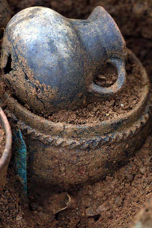 Detail einer Grabausstattung: Henkelgefäss und Topf weisen auf Speise und Trank als Grabbeigaben. Links unten: ein kleines Bronzemesser. (Foto: Kantonsarchäologie Zürich)