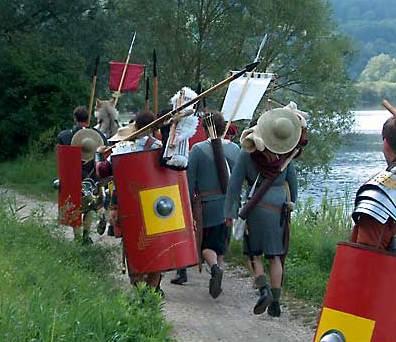 Mit dem Gepäck an der Donau entlang. (Foto: Hans-Christian Dirscherl)