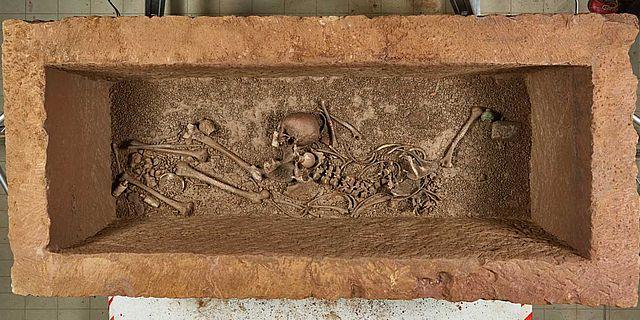 Das Innere des römischen Sarkophages von Zülpich