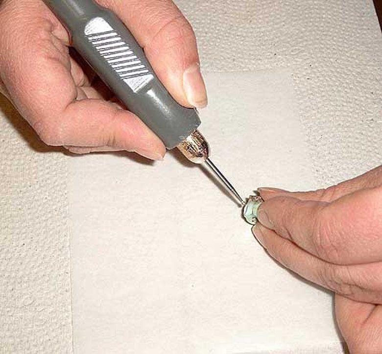 Für die Strontium-Isotopenanalyse entnimmt man aus gut erhaltenen Zähnen mit einem Bohrer vorsichtig eine Probe. (Foto: C. Knipper)