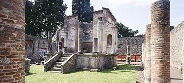 Abb. 2| Der Tempel der Isis in Pompeji in seinem heutigen Zustand © J. Liptàk, München