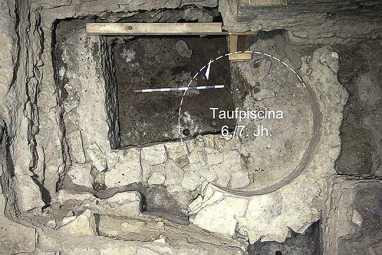 Die Taufpiscina nach der Entfernung des Steinsarges. Gestrichelt die ursprüngliche kreisrunde Form © Forschungsstelle Kaiserpfalz Ingelheim