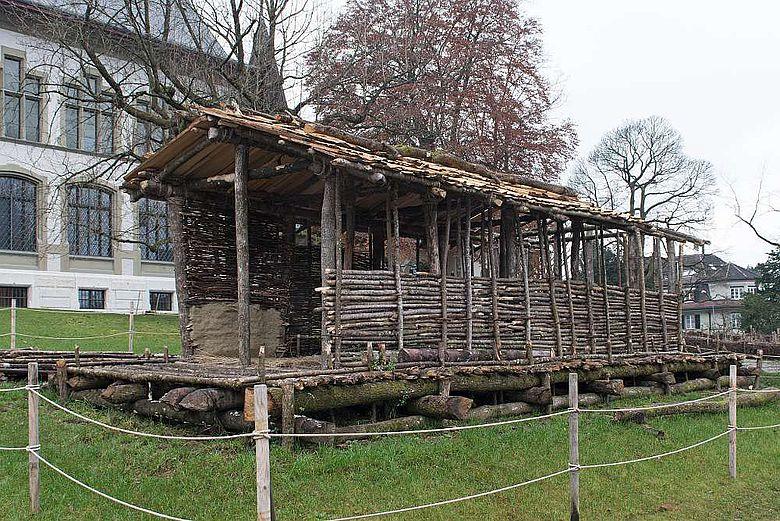 Haus aus der Jungsteinzeit im Originalmassstab