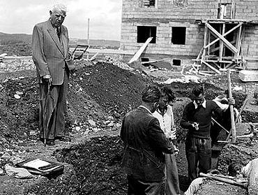 Bürgermeister Braun (links oben) besucht die Grabung. Im Hintergrund sind schon die ersten neuen Wohnhäuser erkennbar (Foto: Stadtmuseum Weingarten)