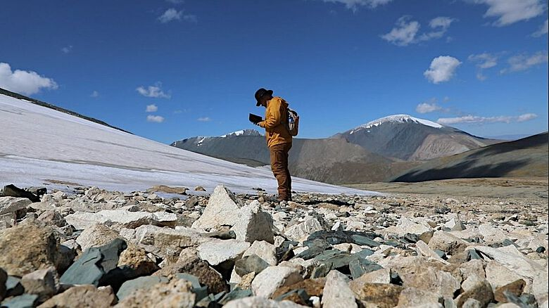 Archäologische Untersuchung am Rande eines Eisfeldes im Altai-Gebirge