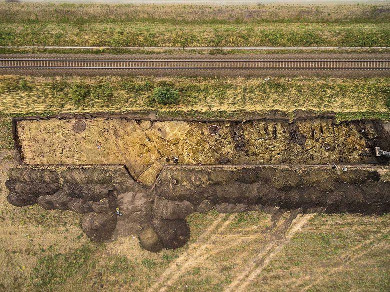 Ausgrabungsfläche mit Hausgrundrissen