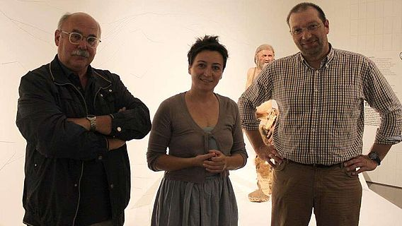 Konservierungsbeauftragter Dr. Eduard Egarter Vigl, Museumsdirektorin Dr. Angelika Fleckinger und Nachfolger PD Dr. med. Oliver Peschel
