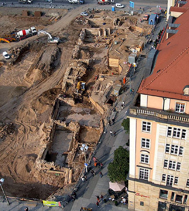 Mauerbefunde der historischen Randbebauung am östlichen Altmarkt von Dresden (Foto: C. Schubert, © Landesamt für Archäologie Sachsen)