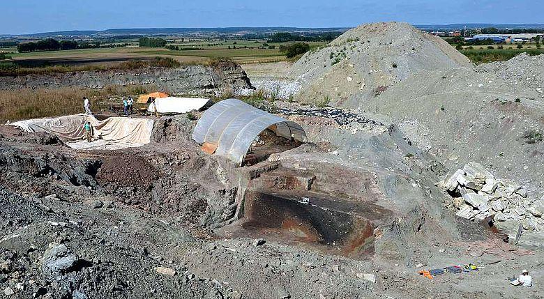 Archäologische Ausgrabungen in Dolinen