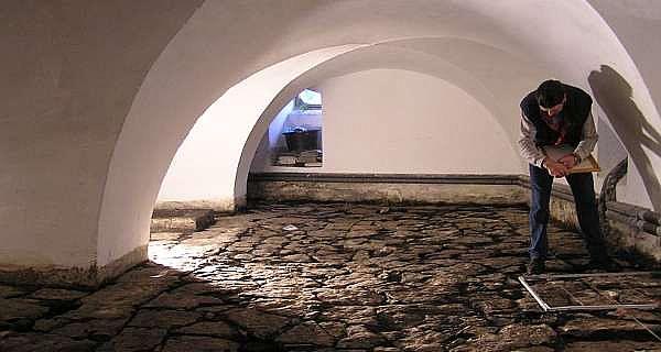 Burkhard Petzold, Mitarbeiter der Stadtarchäologie Paderborn, zeichnet Stück für Stück den originalen Plattenfußboden im sogenannten Pesthaus aus dem 17. Jahrhundert. (Foto: LWL/Spiong)