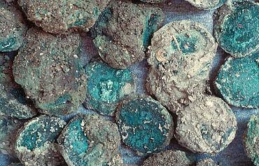 In großer Zahl fanden die Wissenschaftler der Uni Münster antike Silbermünzen. (Photo: Uni Münster)
