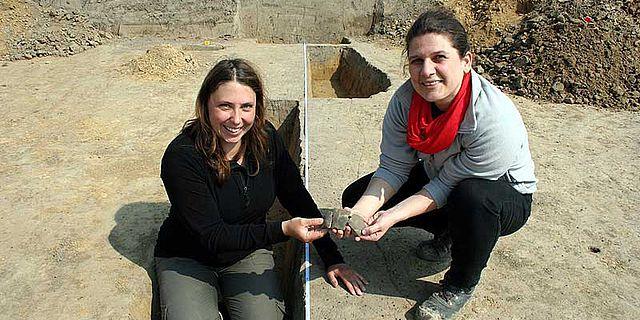 Christiane Kunze (Archaeofirm) und die Kommualarchäologin Ute Bartelt auf dem Grabungsareal in Gehrden (© Hannover Region)